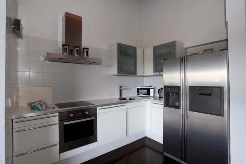 Amerikaanse koelkast in kleine keuken keuken met ingebouwde